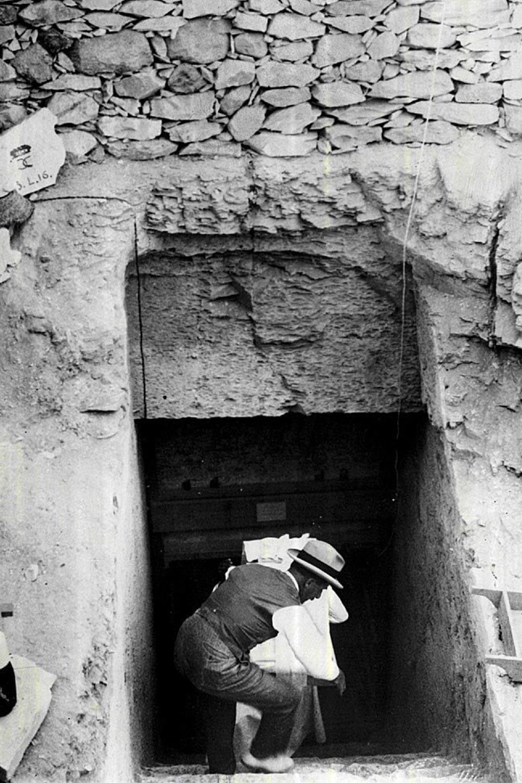 Howard Carter excavates the tomb of Tutankhamen